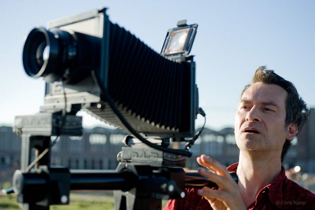 Der Architekturfotograf Chris Kister bei der Architekturfotografie mit seiner Großformatkamera, wie er ein Architekturfoto anfertigt