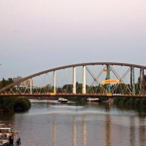 Osthafenbrücke am endgültigen Platz